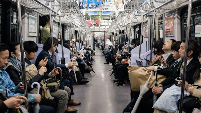 Ilustrasi penumpang dalam kereta di Jepang. Photo by Alex Eckermann on Unsplash
