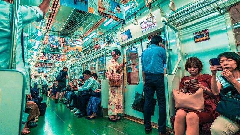 Ilustrasi penumpang meletakkan tas di pangkuan. Photo by Jezael Melgoza on Unsplash