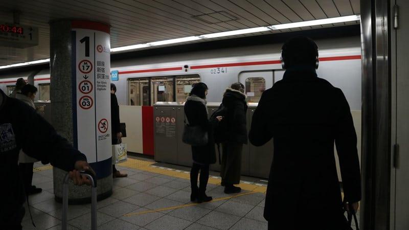 Ilustrasi penumpang mengantre sembari menunggu kereta tiba. Photo by Joan Tran on Unsplhas