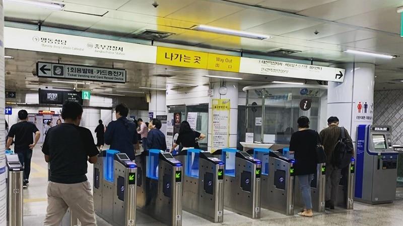 Ilustrasi pintu masuk stasiun kereta subway. Instagram @pjs_r_awesome