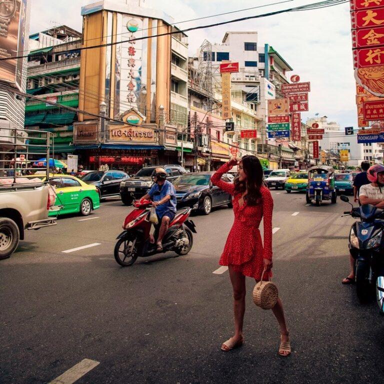 Ilustrasi seseorang sedang melakukan pemotretan di jalanan umum Thailand. Photo by Sam Beasley on Unsplash