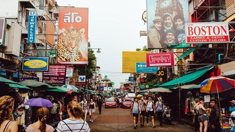 Ilustrasi suasana Khaosan Road. Photo by Evan Krause on Unsplash