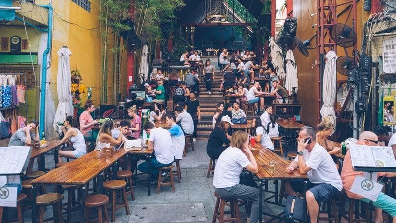Ilustrasi tempat makan murah penuh turis. Photo by Bundo Kim on Unsplash