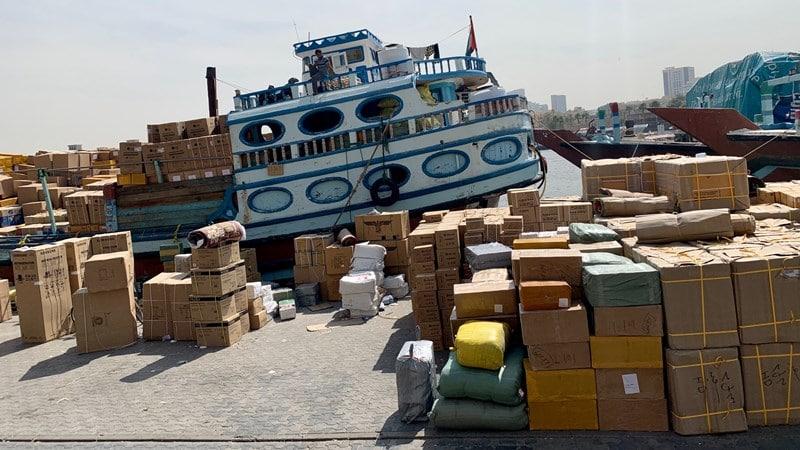 Ilustrasi tumpukan paket yang mau dimasukkan ke kontainer. Photo by Kon Karampelas on Unsplash