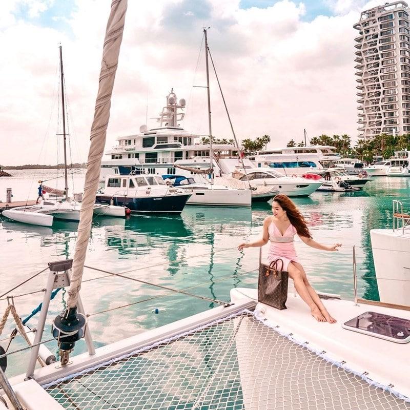 Ilustrasi turis berada di atas yacht. Instagram @liyann_seet