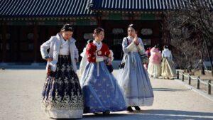 Ilustrasi wisatawan memakai hanbok di Gyeongboggung, istana di Korea Selatan. Photo by Kseniya Petukhuva on Unsplash