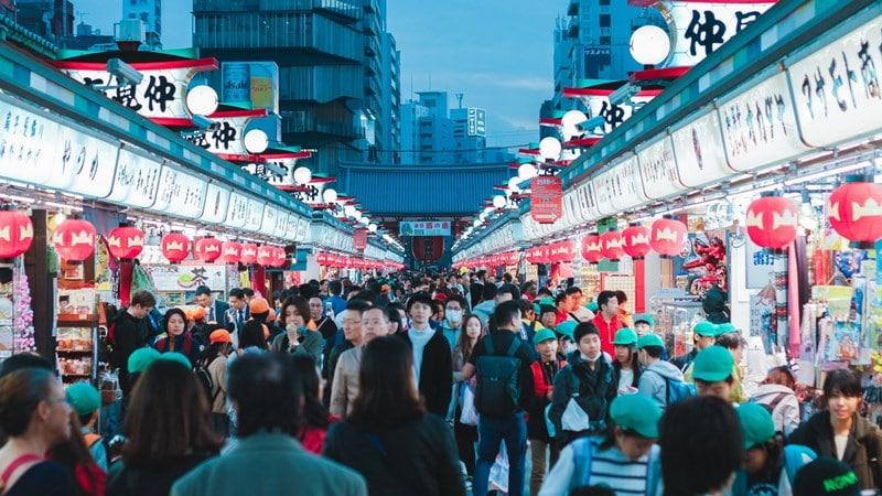Nakamise-dori, shopping street tertua di Jepang. Photo by Benjamin Wong on Unsplash