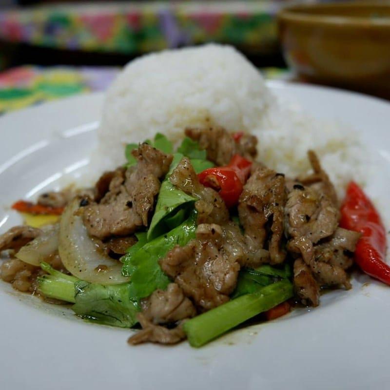Nasi dengan tumis daging bumbu khas Thailand di Kah Jak. Instagram @enjoy_natcha
