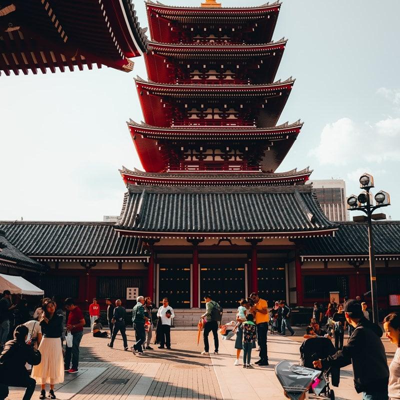 Orang-orang berkunjung ke Sensoji Temple di Asakusa, Tokyo, Jepang. Photo by Kishor on Unsplash