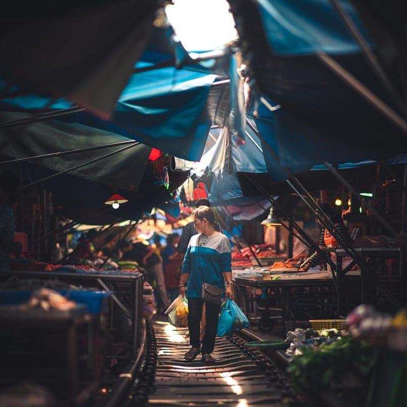 Pembeli sedang belanja di Pasar Maeklong. Instagram @pat_kay