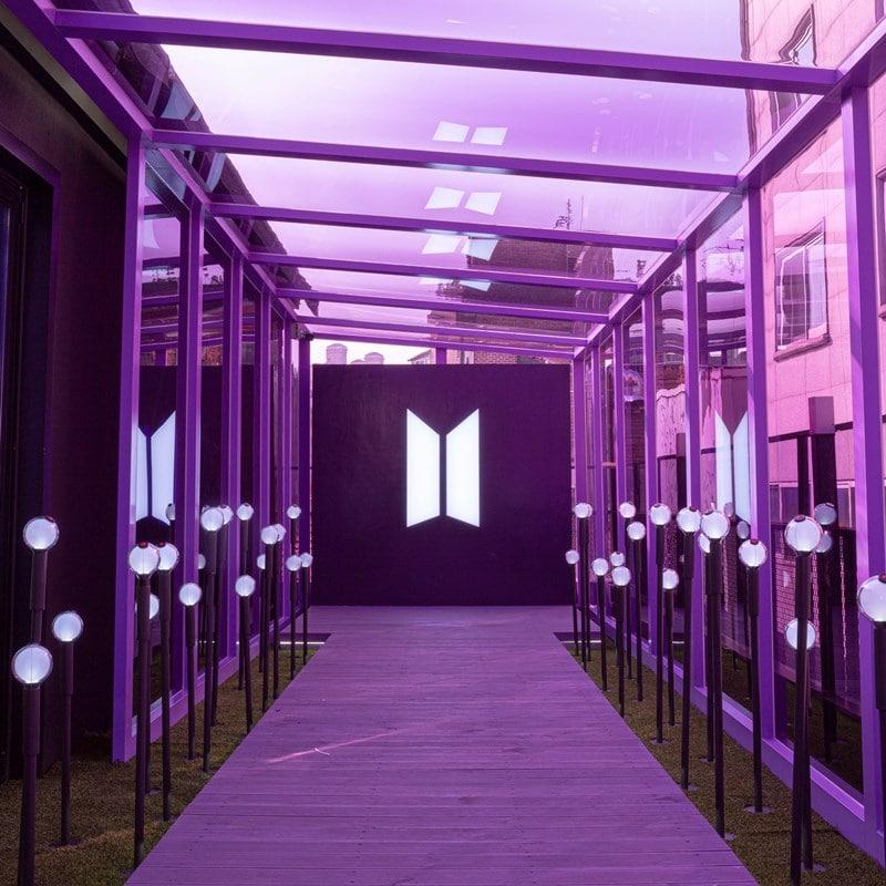 Ruang kaca dengan logo BTS di Map of The Soul Seoul. Twitter @bighit_merch