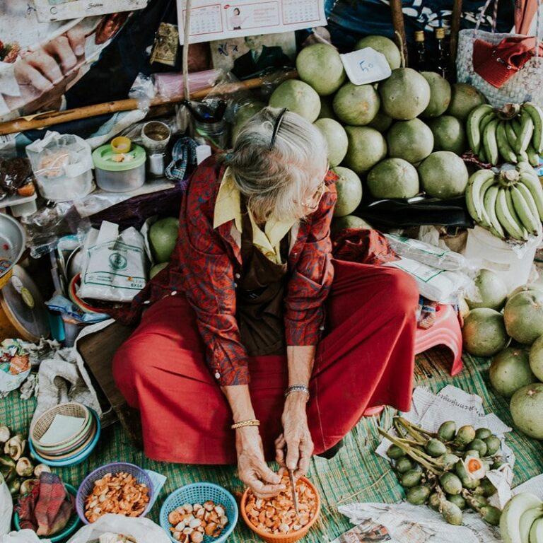 Salah satu pedagang sayur di Maeklong Market. Instagram @yk