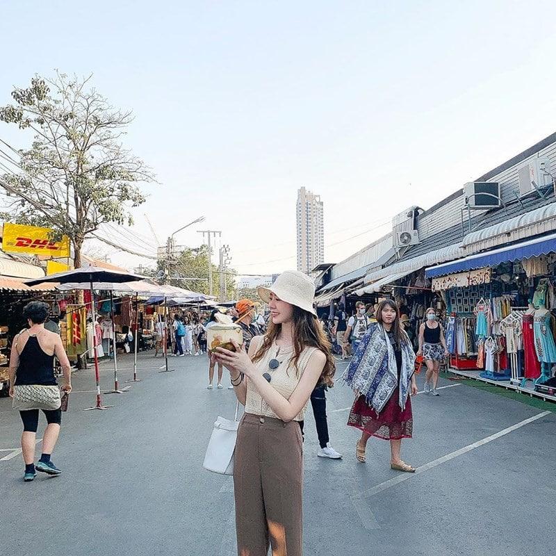Seseorang tengah berada di Chatuchak Weekend Market. Instagram @57_sy