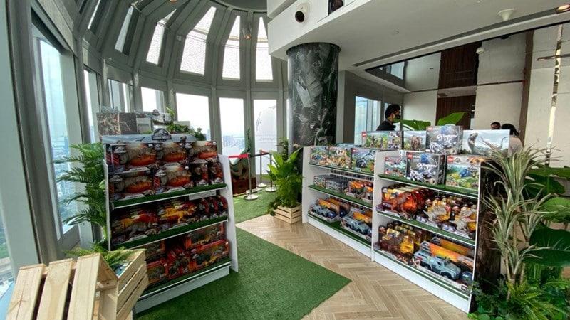 Area merchandise dinosaurus di Jurassic World Cafe Singapore. Photo by Fasiha Nazren on mothershipsg