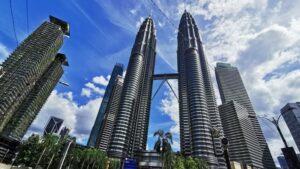 Ilustrasi Petronas Twin Tower di Kuala Lumpur, Malaysia. Photo by Sua Truong on Unsplash