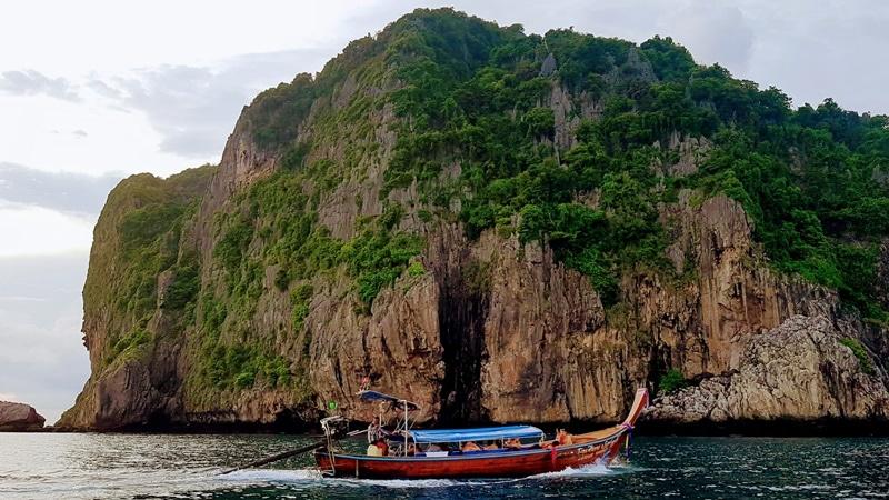 Ilustrasi Phuket, wisata populer di Thailand. Photo by Deepain Jindal on Unsplash
