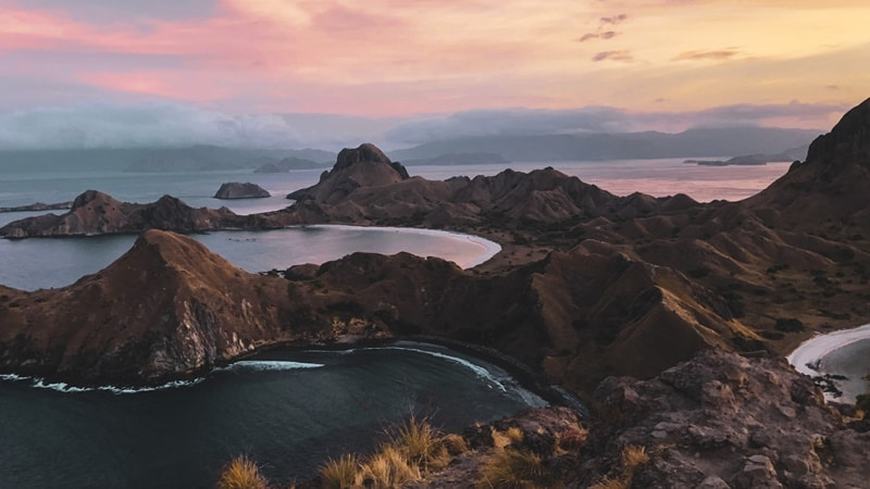 Ilustrasi Pulau Padar di Labuan Bajo. Photo by William Kusno on Unsplash