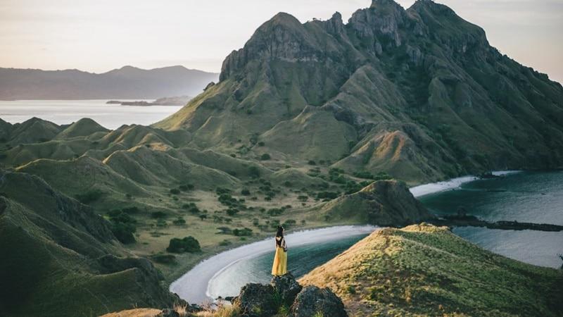 Ilustrasi Pulau Padar di Lombok. Photo by Kilian Pham on Unsplash