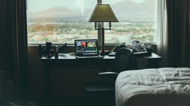 Ilustrasi WFH di hotel. Photo by Tim Trad on Unsplash