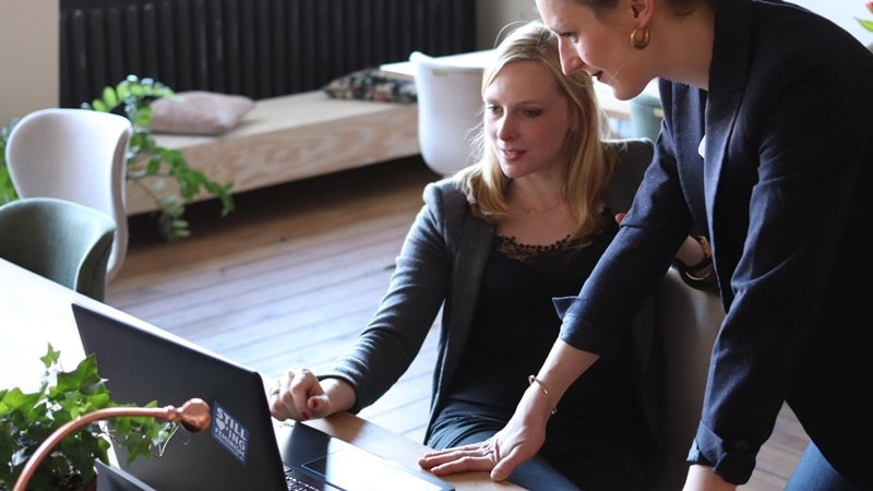 Ilustrasi bank associate sedang training. Photo by CoWomen on Unsplash
