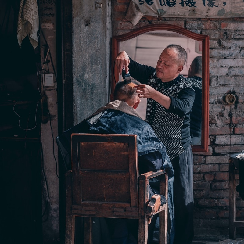 Ilustrasi barber shop tradisional. Photo by Cheng Feng on Unsplash