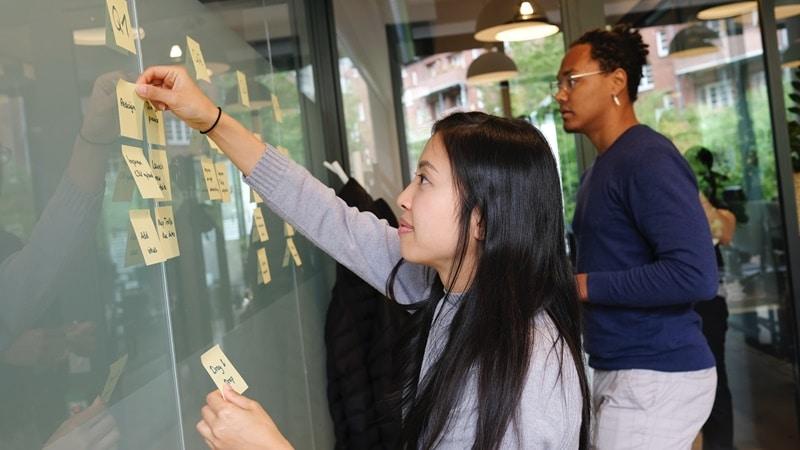 Ilustrasi karyawan sedang mengikuti management trainee. Photo by Airfocus on Unsplash