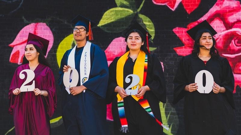 Ilustrasi mahasiswa memakai toga. Photo by Albany Capture on Unsplash
