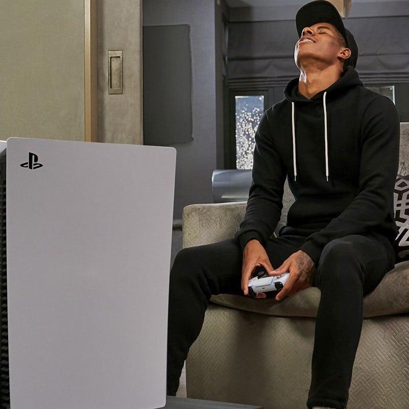 Ilustrasi main game pakai PS5. Twitter @PlayStationUK