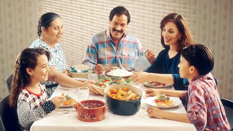 Ilustrasi makan bersama keluarga. Photo by National Cancer Institute on Unsplash