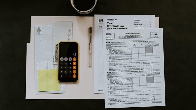 Ilustrasi menghitung pajak perusahaan. Photo by Kelly Sikkema on Unsplash