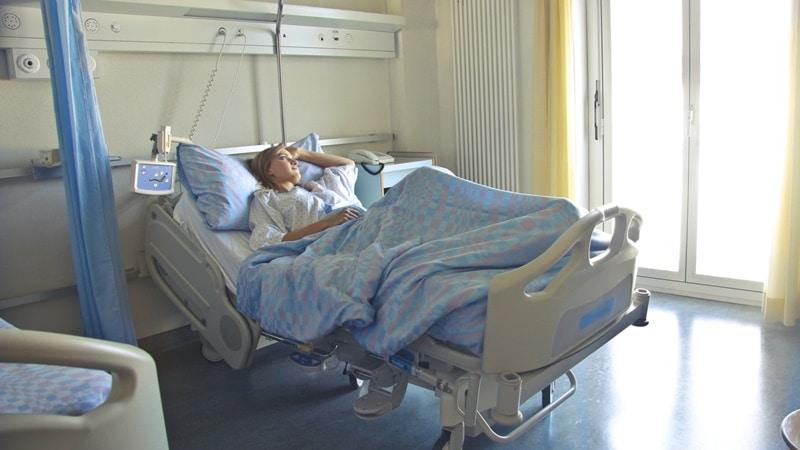 Ilustrasi orang sedang berbaring di kasur rumah sakit. Photo by Andrea Piacquadio on Pexels