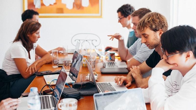Ilustrasi orang sedang meeting. Photo by Daria Shevtsova on Pexels