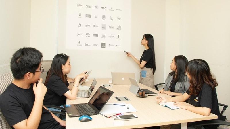 Ilustrasi orang sedang meeting. Photo by Van Tay Media on Unsplash
