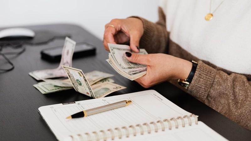 Ilustrasi orang sedang menghitung uang. Photo by Karolina Grabowska on Pexels