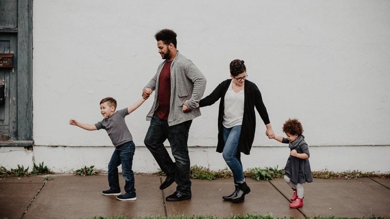Ilustrasi orang tua dan anak. Photo by Emma Bauso on Pexels