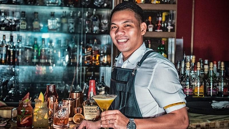Ilustrasi pekerja di bar. Photo by Kyryll Ushakov on Unsplash