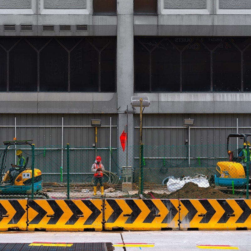 Ilustrasi pekerja konstruksi. Photo by Oleksii Drozdov on Unsplash