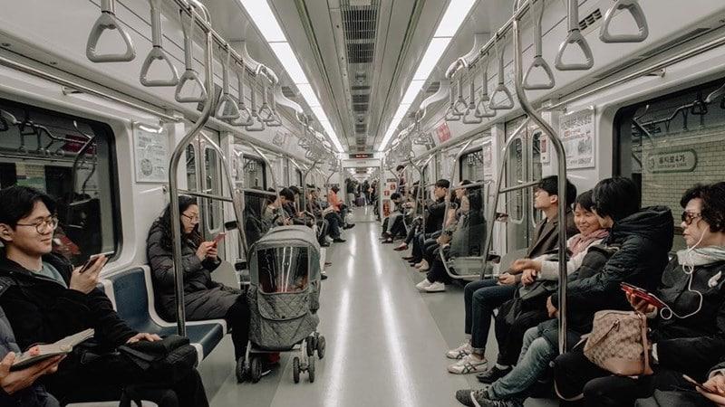 Ilustrasi penumpang di subway Korea. Instagram @dillorns