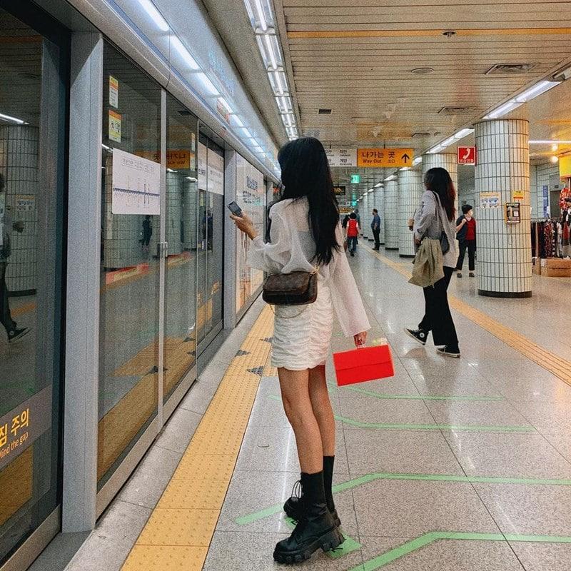 Ilustrasi penumpang menunggu kereta datang. Instagram @_zlvley_