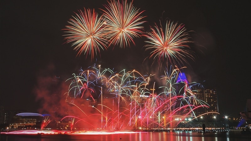 Ilustrasi perayaan tahun baru di Marina Bay Sands. Photo by Carson Arias on Unsplash