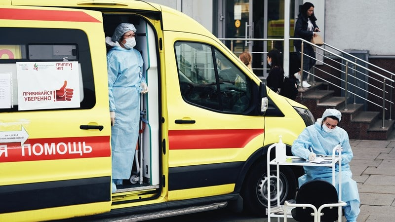 Ilustrasi petugas medis di ambulans. Photo by Maxim Tolchinskiy on Unsplash
