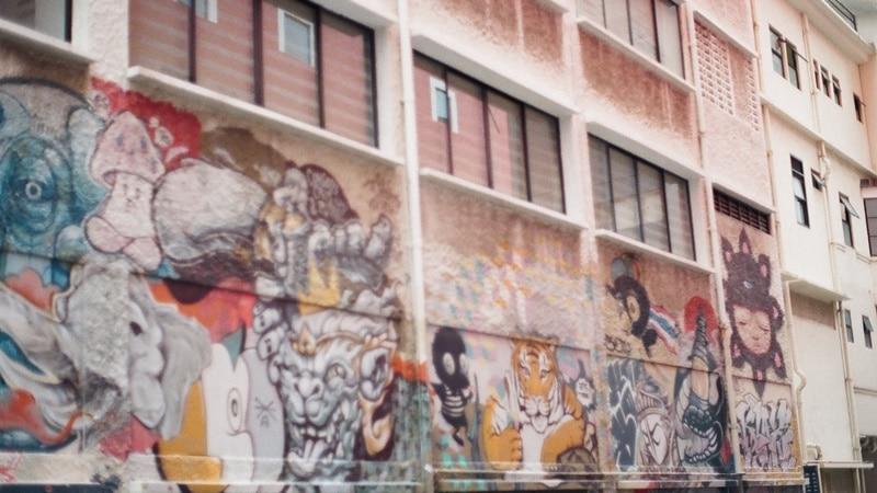 Ilustrasi spot mural di Little India, Singapura. Photo by Jisun Han on Unsplash