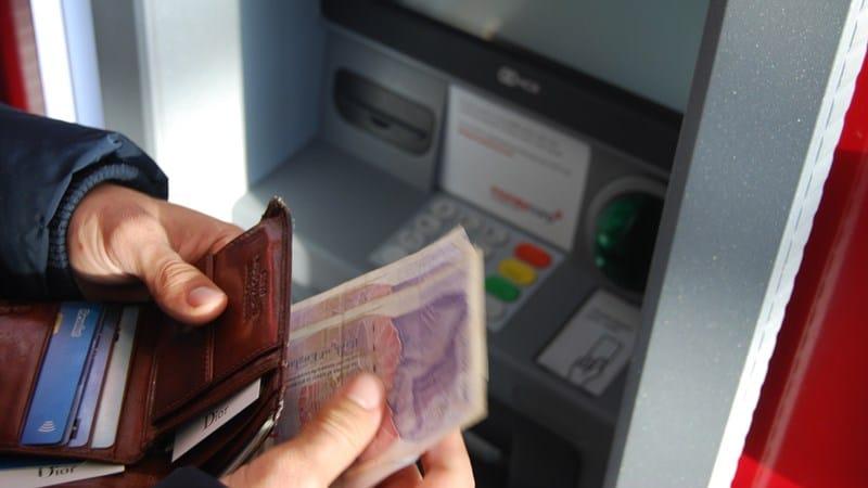 Ilustrasi tarik tunai di ATM. Photo by Nick Pampoukidis on Unsplash