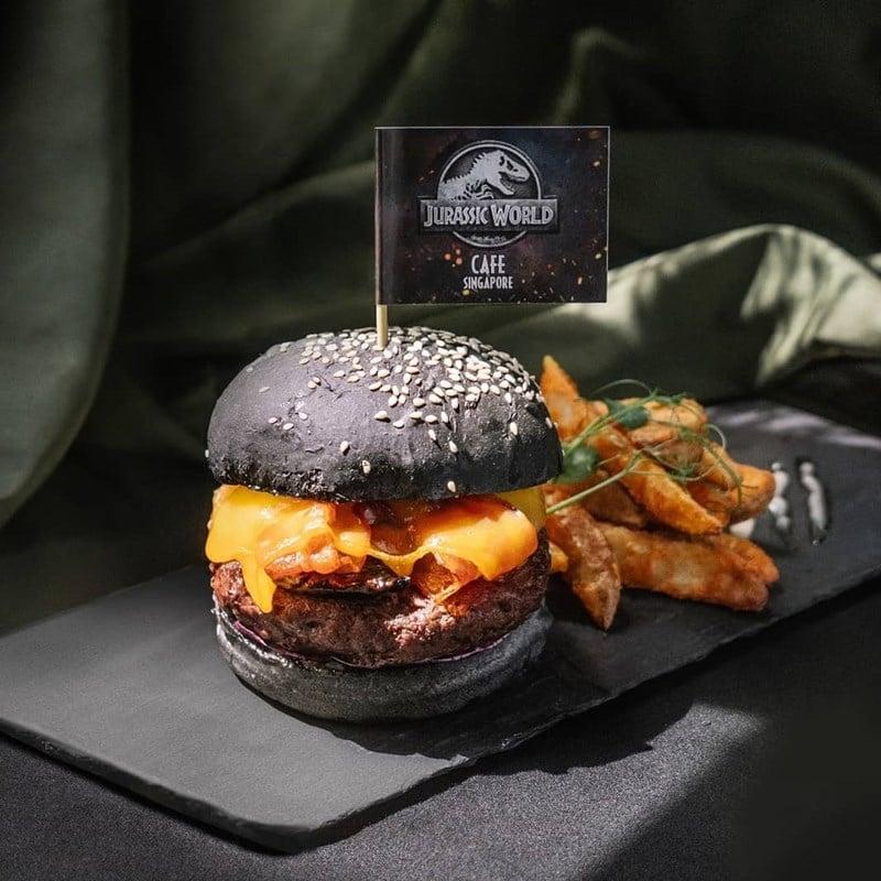 Jurassic World Burger di Jurassic World Cafe Singapore. Instagram @weekendersgp