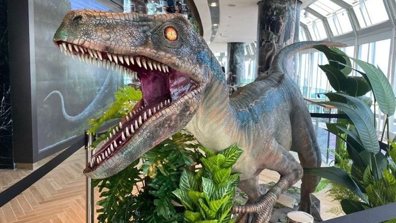 Replika dinosaurus di Jurassic World Cafe Singapore. Photo by Fasiha Nazren on mothershipsg