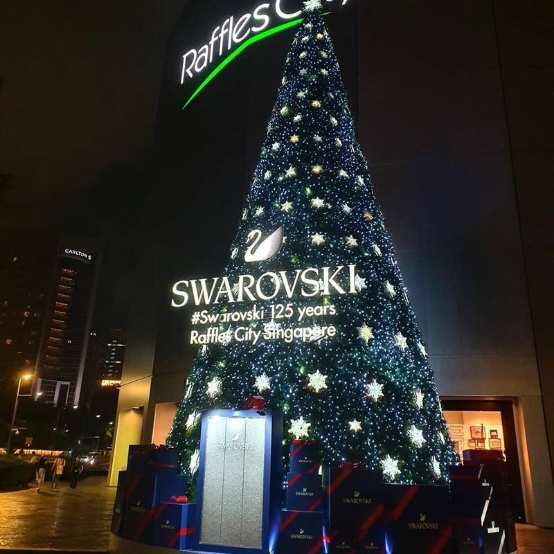 Pohon Natal berhias kristal di Raffles City. Instagram @maxiesees